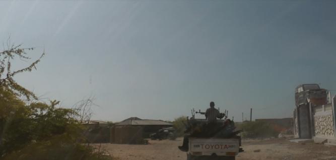 Ainda em liberdade, Michael e o documentarista indiano Ashwin Raman chegam a Hobyo, onde entrevistaram um pirata de alto escalão.