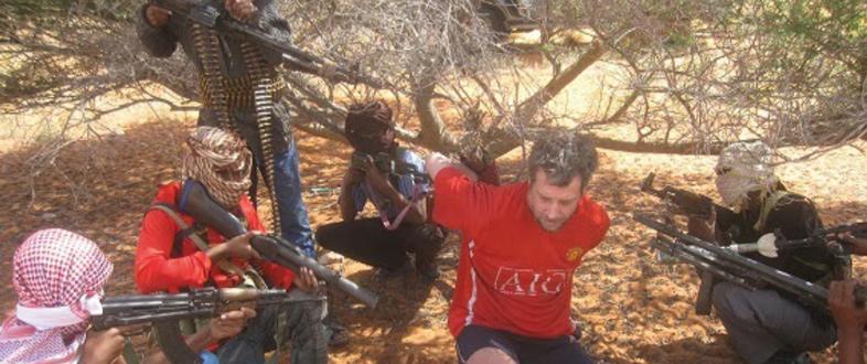 Michael cercado pelos piratas, em setembro de 2013. Divulgar fotos era uma forma de os somalis comprovarem que o refém ainda estava vivo e, com isso, exigir o valor do resgate.
