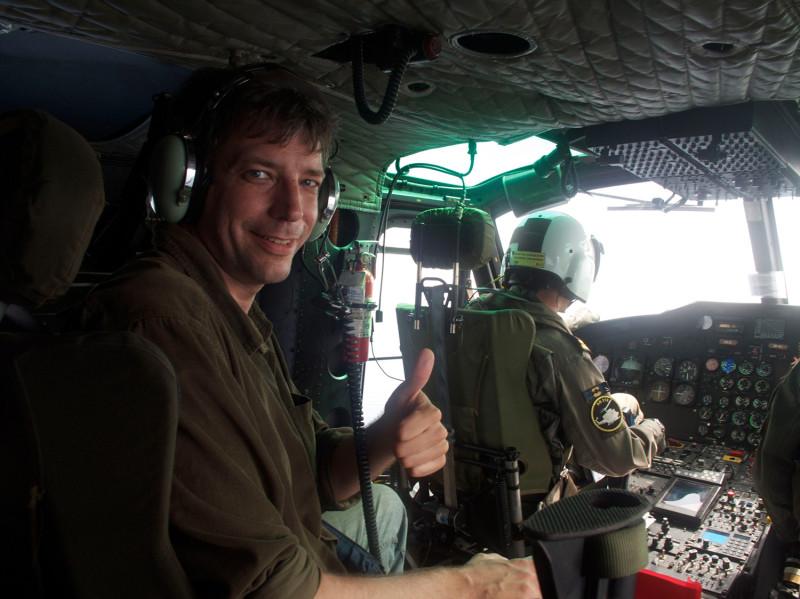 O jornalista em ação em setembro de 2009, a bordo de um helicóptero antipirataria da OTAN, prestes a sobrevoar o Golfo do Áden, na região do Chifre da África.