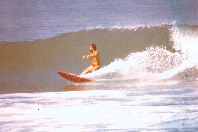 Sidão surfando em casa, no Canto do Moreira, no anos 1980