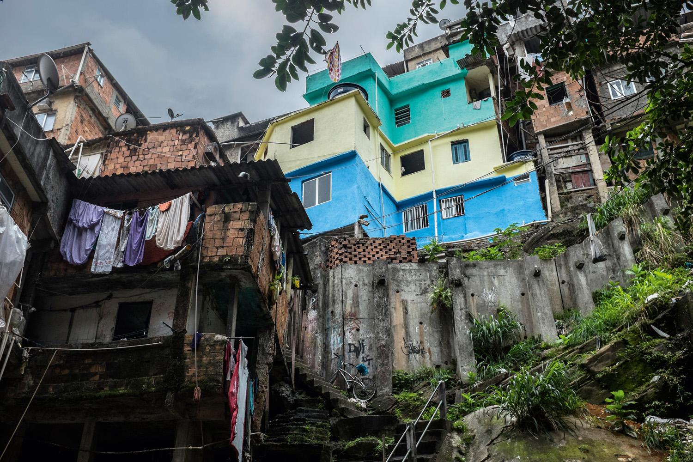 Vista do Lajão, uma região aberta no meio da Rocinha envolvida por paredões e casas, algumas perigosamente construídas.