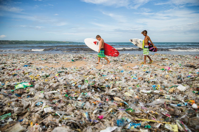 A praia de Jimbaran, em Bali, durante a temporada de chuvas do ano passado — o plástico jogado no chão, rios e mar acabam invariavelmente na linha da maré.