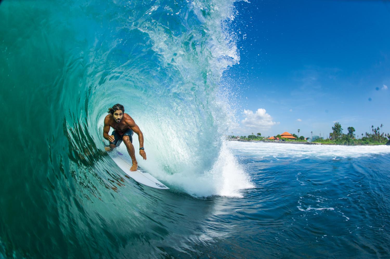 Não se engane pela água cristalina que envolve Marco Giorgi neste tubo clicado no lado leste de Bali. Na areia, a quantidade de lixo era assutadora.