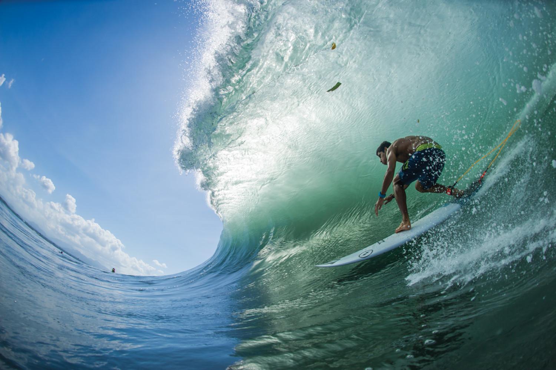 O portoriquenho Ricardo Delgado teve que driblar o lixo na areia da Costa Leste balinesa para encontrar este salão verde e líquido.