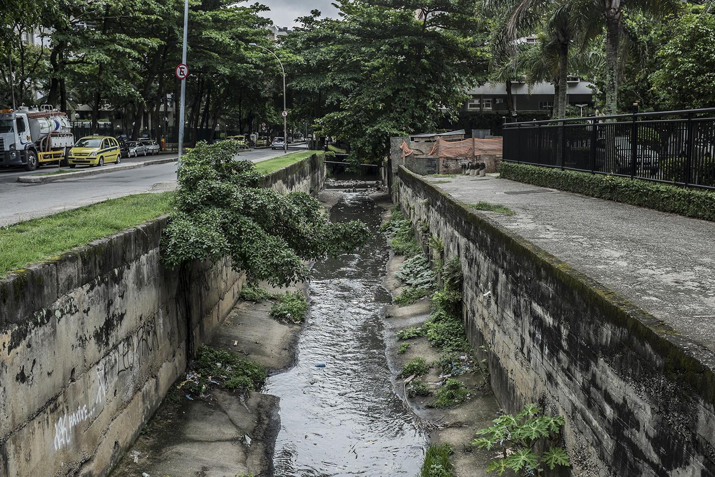 Em tese, um rio pluvial, mas na verdade um esgoto a céu aberto que corta a Rocinha e São Conrado e é despejado no mar de São Conrado.