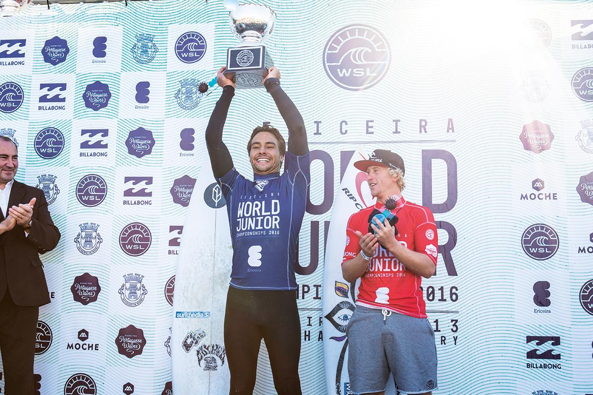 Em Ericeira, Lucas Silveira ergue a taça do Mundial Pro Júnior, ao lado do vice Tim Bisso. Foto: Poullenot