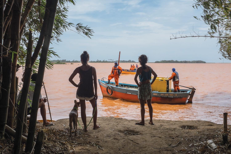 Pescadores contratados pela Samarco monitoram as margens do Rio Doce.