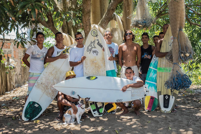 Sem registro de pescador, os marisqueiros surfistas contam com o apoio da associação de surf local, para garantir que recebam indenização da Samarco.