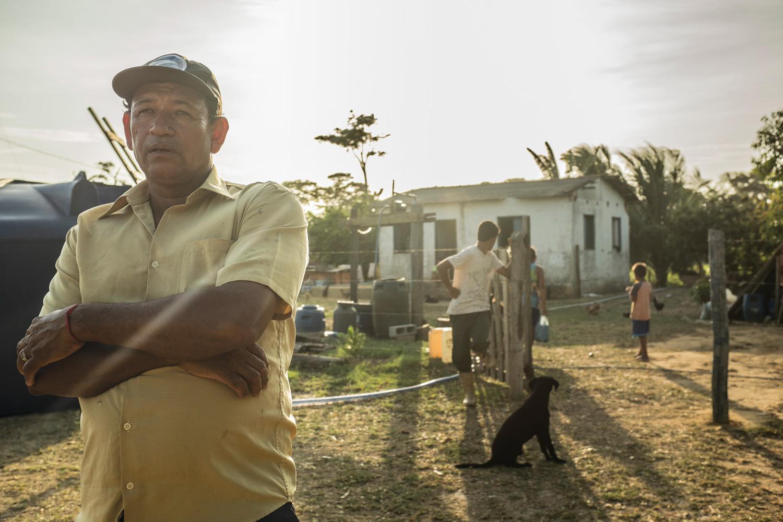 Seu Nilton mora com a família em Entre Rios, comunidade ribeirinha de Regência. Sem poder irrigar a plantação, ele calcula que perdeu metade da produção.