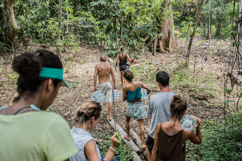 Voluntários que vivem em Regência distribuem doações a moradores da remota comunidade ribeirinha Entre Rios.