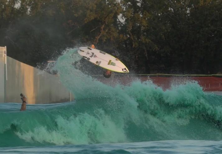 Yago Dora em um aéreo absurdo criado nas rampas da piscina de Waco, Texas