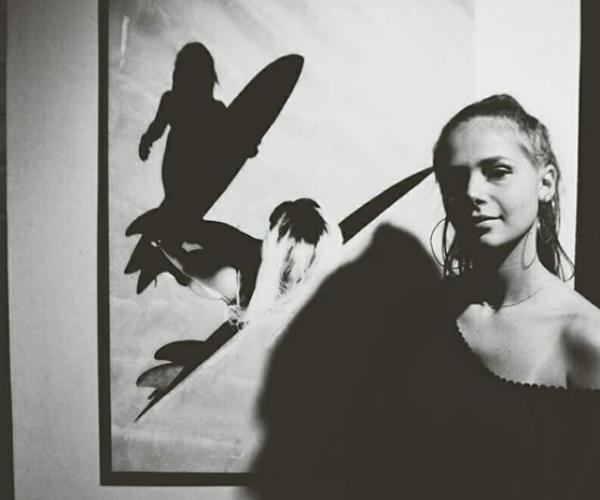 Gabriela Haydée e uma de suas imagens para a exposição Face the Sea