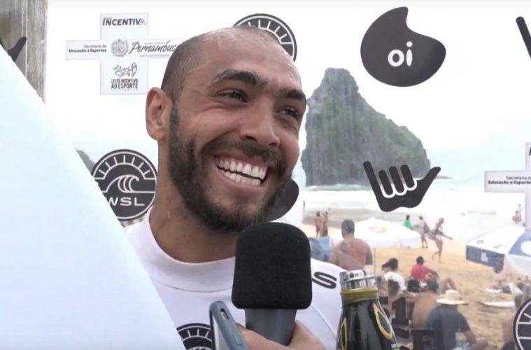 Jadson André concede entrevista durante o Oi Hang Loose Pro