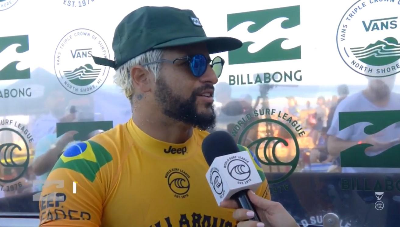Italo Ferreira vence oitavas de final no Pipe Masters 2019