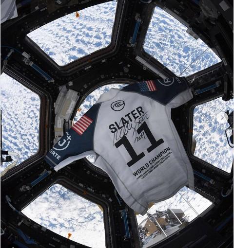camisa kelly slater na estação espacial