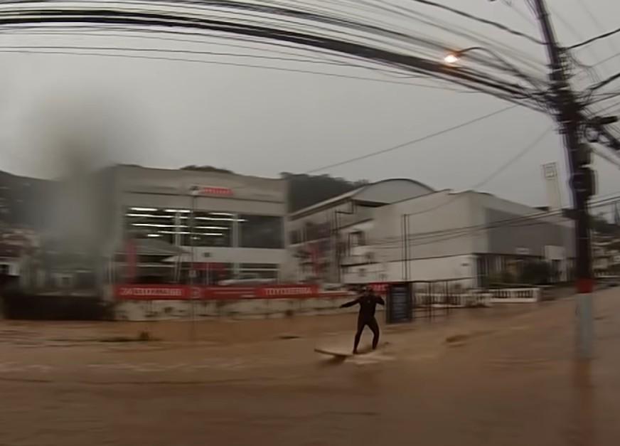 Surfista na enchente de Petrópolis (RJ)