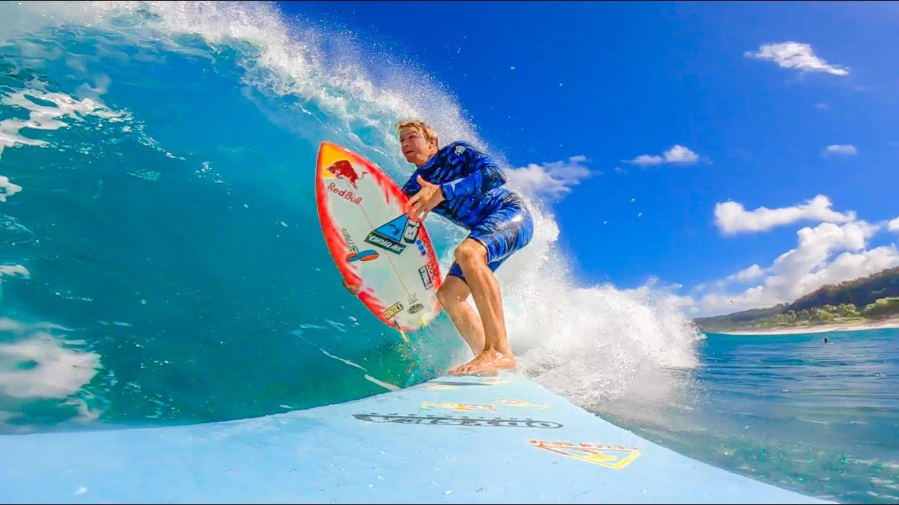 Jamie O'Brien surfa pipeline com duas pranchas