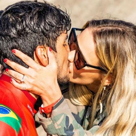 Yasmin Brunet falou no Altas Horas sobre surf, Medina, e a vida sexual do casal