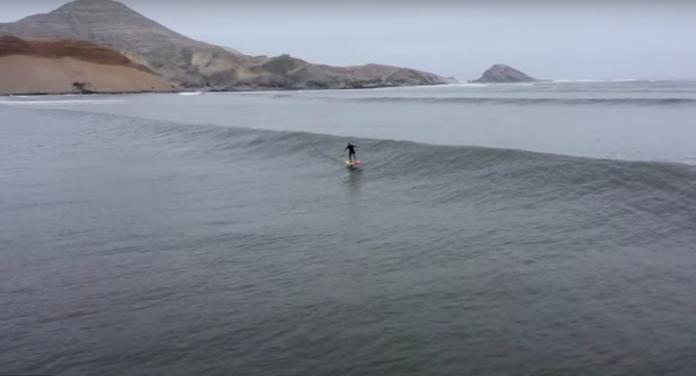 Laird Hamilton surfa a onda mais longa do mundo