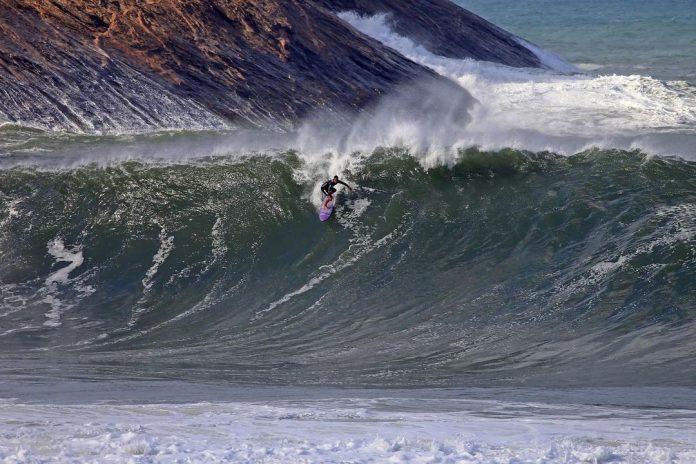Estreia do Itacoatiara Big Wave 2021 tem ondas de 4 metros