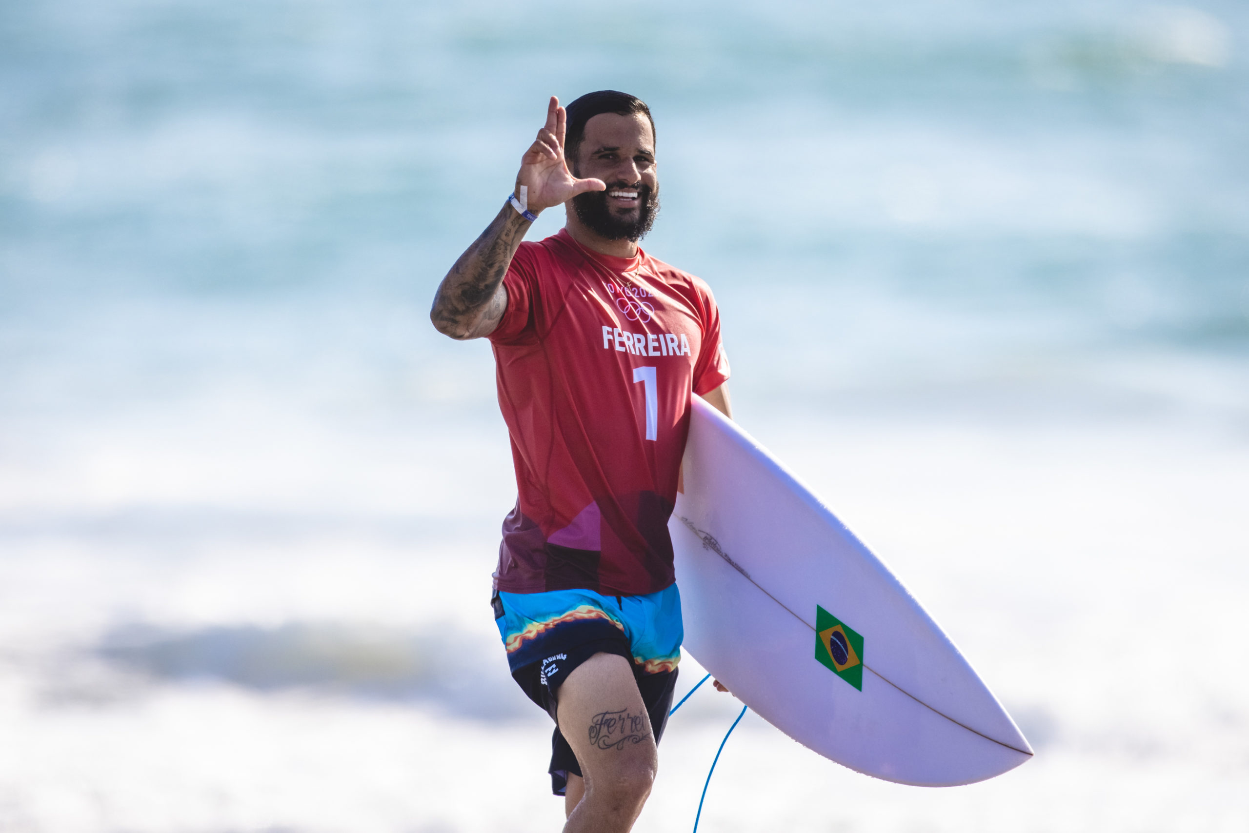 Ítalo Ferreira comemora a vitória na primeira prova da história do surf olímpico
