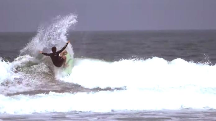 Yago Dora de férias na Ilha do Mel. Após o término da temporada 2021 da WSL, surfista aproveita as ondas do paradisíaco pico no Paraná